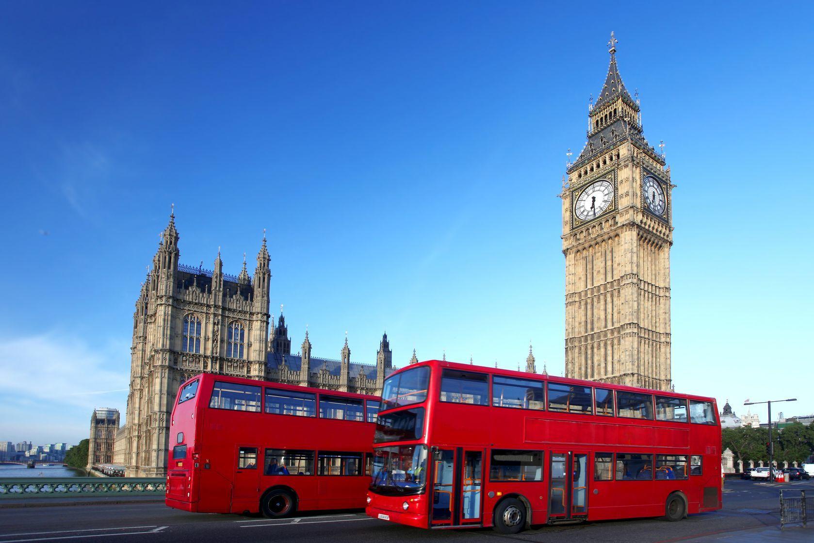Big Ben a tradiční londýnské autobusy   samot/123RF.com