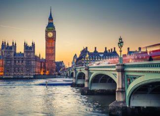 Big Ben a Westminster Bridge na řece Temži v Londýně   sborisov/123RF.com