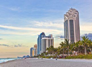 Pláž a mrakodrapy v Miami | meinzahn/123RF.com