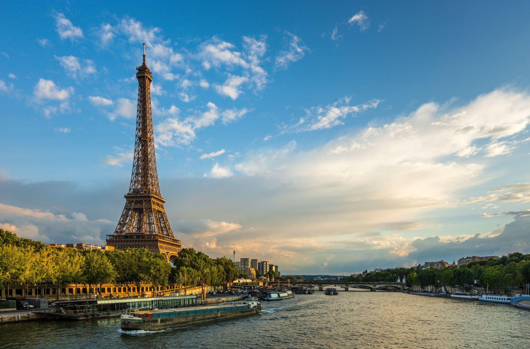 Krásný západ slunce nad Eiffelovou věží a řekou Seina | gurgenb/123RF.com
