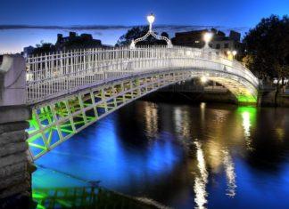 Noční pohled na Ha'penny Bridge v Dublinu | robwilson39/123RF.com