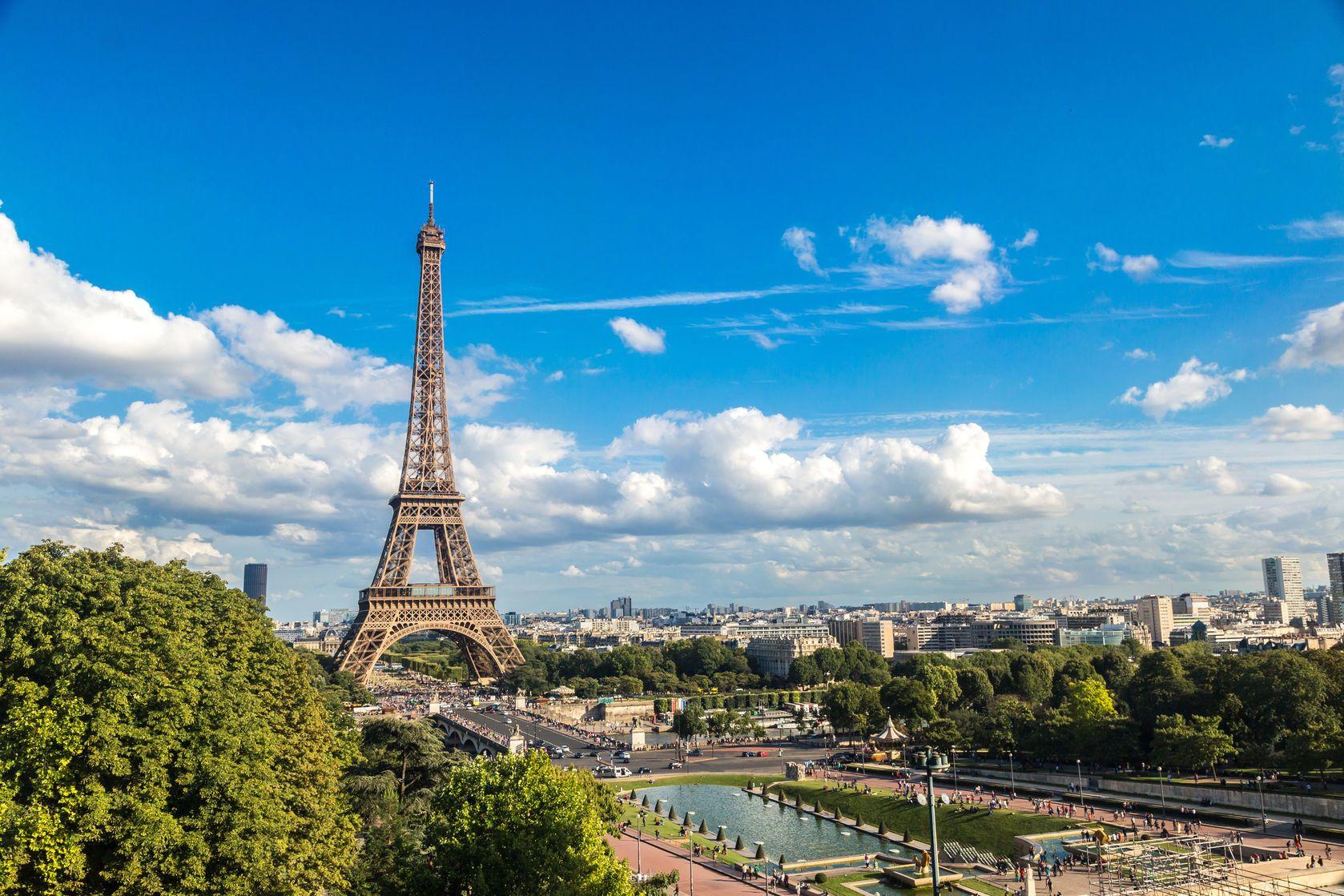 Letecký pohled na Eiffelovu věž v Paříži | bloodua/123RF.com