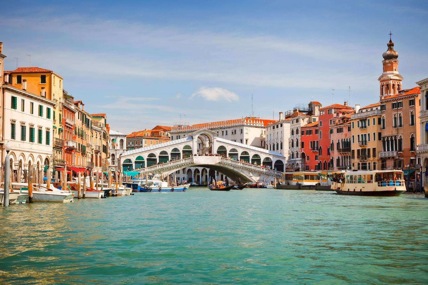 Most Ponte di Rialto přes Grand Canal v Benátkách | sborisov/123RF.com