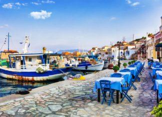 Staré rybářské lodě a taverny v Řecku | freeartist/123RF.com