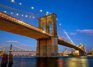 Brooklyn Bridge za soumraku v New Yorku | dibrova/123RF.com