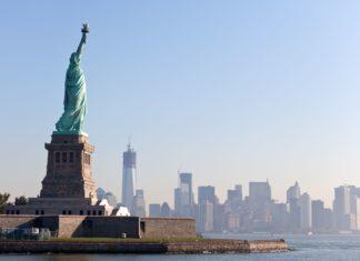 Socha Svobody a New York v pozadí | romrodinka/123RF.com