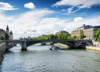 Most přes řeku Seinu v Paříži | efired/123RF.com