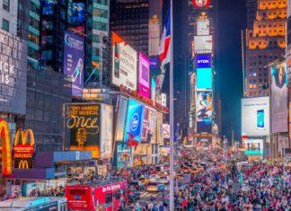 Turisté na náměstí Times Square v noci | jovannig/123RF.com